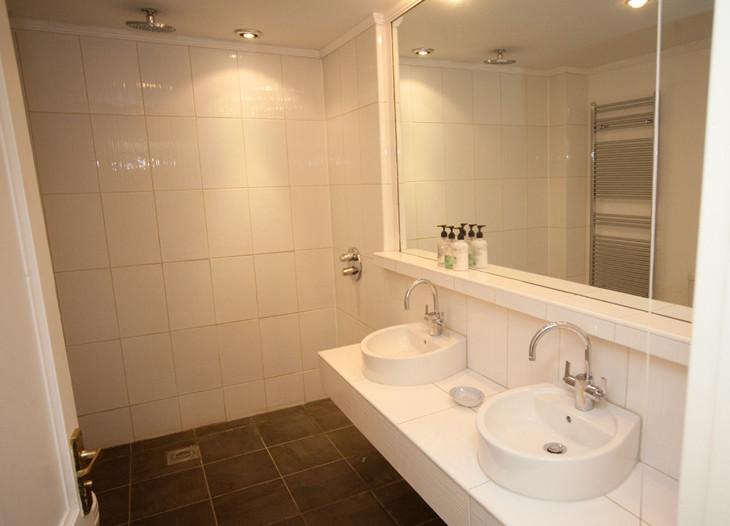 Garden Flat Bathroom 1